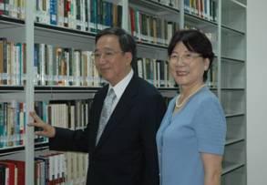 李教授與夫人參觀專藏文庫