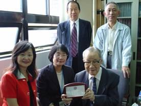 下排右起:虞校長、圖書館林光美副館長、圖書館陳雪華館長;上排右起:劉廣定教授、虞立先生
