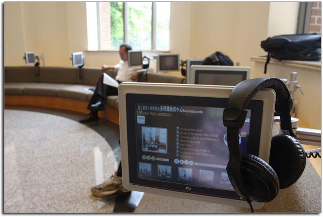 圖書館一樓後側沙發區全新音樂服務-樂牙彎 Music Bay