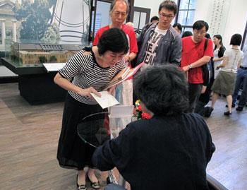 活動盛況:夏教授為讀者簽書